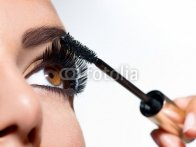 Mascara_Applying._Long_Lashes_closeup.jpg